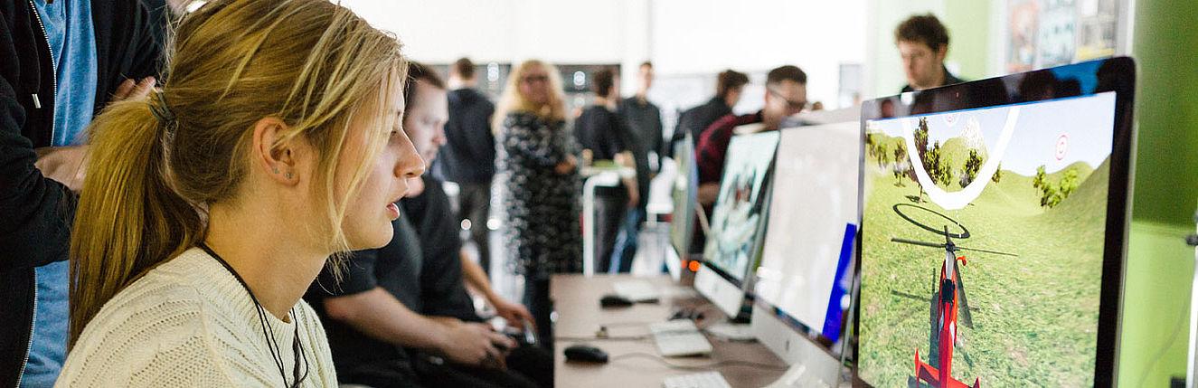 Studentin testet eine Hubschrauer-Simulation am Computer